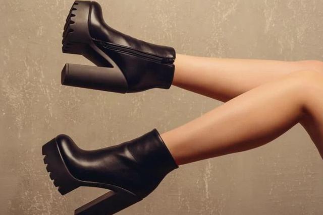 黒いハイヒールの靴を履いて歩く女性